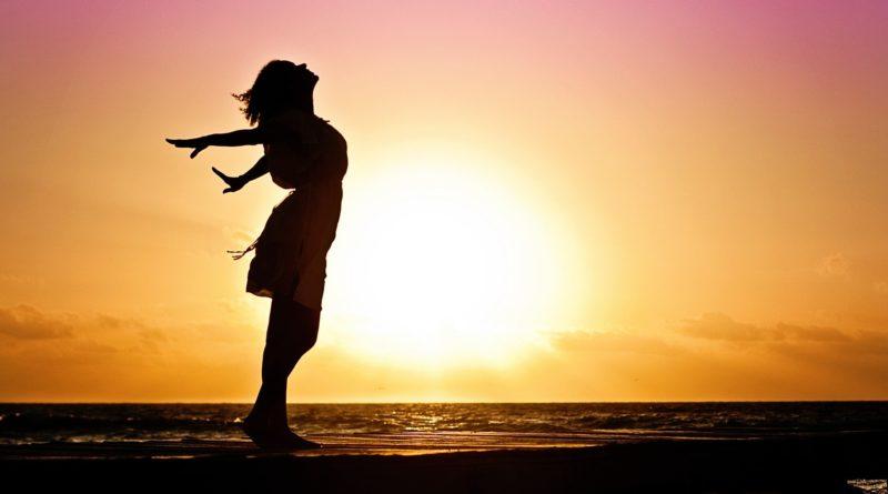 Femme lface au soleil couchant